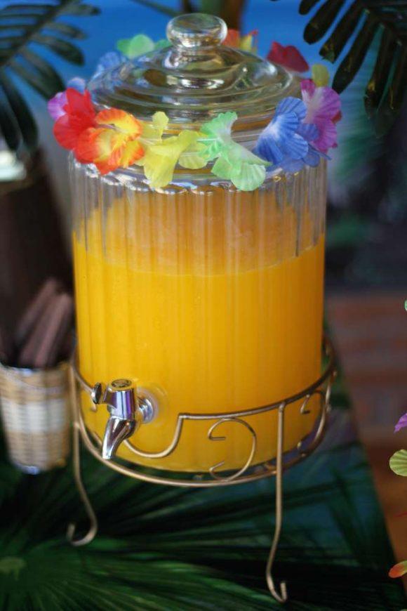 Echa un vistazo a esta gran manera de servir la bebida en tu fiesta de  cumpleaños de Moana. ¡Esas flores que adornan el dispensador!